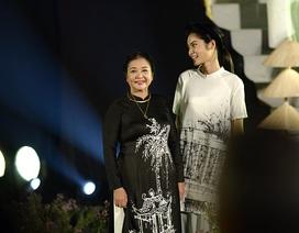 Lặng ngắm những kí họa Hà Nội trên tà áo dài Cao Minh Tiến