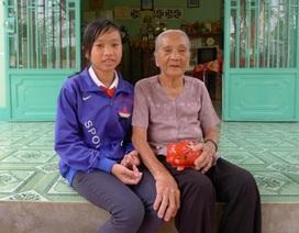Cảm phục cụ bà 83 tuổi nuôi heo đất giúp học trò nghèo