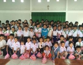 Gần 300 phần quà đến với người nghèo, người khuyết tật và trẻ em mồ côi
