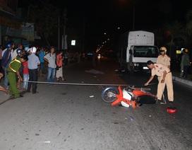 Xe máy lao thẳng ô tô đang sửa bên đường, 2 người thương vong