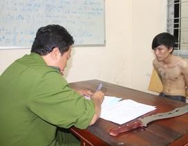 Một thanh niên mang dao tự chế chuẩn bị đánh nhau thì bị bắt