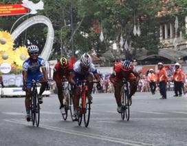 Khán giả đội mưa đón đoàn đua xe đạp về đích trước dinh Thống Nhất