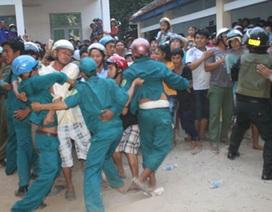 Hàng ngàn người vây bắt một ô tô vì nghi bắt cóc trẻ con