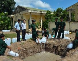 Bộ đội biên phòng An Giang tiêu hủy 4.350 lít xăng thơm nhập lậu
