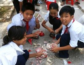 Thầy và trò cùng nuôi heo đất giúp học sinh nghèo đến trường
