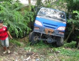 Xe tải đâm sập hai nhà dân, nhiều người hoảng loạn tháo chạy