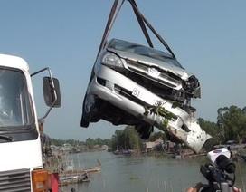 Ô tô tông xe máy, cả hai xe rơi xuống sông Hậu