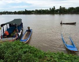 Tàu du lịch đâm chìm vỏ lãi, 6 người thoát chết
