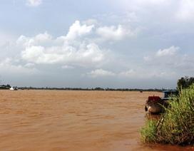 Sà lan chở 73 tấn đất bị chìm, 2 người bị nước cuốn mất tích