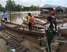 Hàng trăm học sinh Việt Kiều vẫn lắc lư qua sông học chữ bằng xuồng nhỏ
