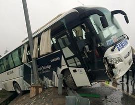 Xe đưa đón nhân viên 60 chỗ lật nghiêng, tắc đường Nội Bài – Nhật Tân