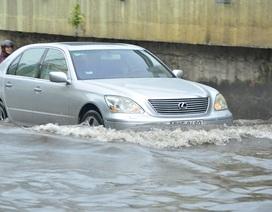 """Nhiều ô tô sang """"bơi"""" trong nước tại TPHCM"""