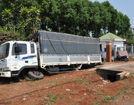 Xe tải tông sập tường rào, văng 4 bánh ra ngoài