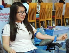 """Sinh viên, nhân viên văn phòng """"hợp sức""""… hiến máu tình nguyện"""