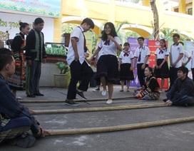 Học sinh thành phố vui nhảy sạp, hát chèo