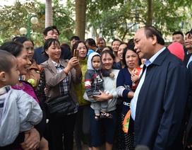 Thủ tướng đến thăm người dân khu chung cư thu nhập thấp