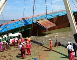 Xem cảnh trục vớt tàu 2.000 tấn bị lật trên biển