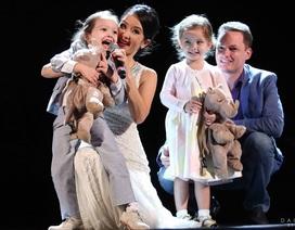 Khoảnh khắc hạnh phúc của gia đình Hồng Nhung trên sân khấu