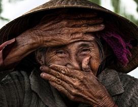 """Nhiếp ảnh gia Pháp bỏ 7 năm đi khắp Việt Nam """"săn"""" nụ cười phụ nữ"""