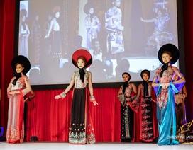 Áo dài của NTK Đức Hùng được người mẫu Tây trình  diễn tại Mỹ