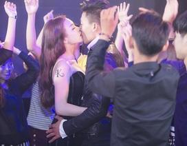 Trà Ngọc Hằng, Hiếu Nguyễn hôn nhau nóng bỏng trước mắt hàng trăm người