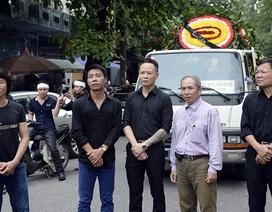 Nghệ sĩ trào nước mắt tiễn đưa NSƯT Hán Văn Tình về nơi an nghỉ