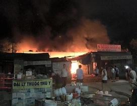 Cháy chợ trong đêm, hơn 40 ki-ốt bị thiêu rụi