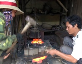 Xem người thợ rèn mướt mồ hôi làm việc cùng lửa đỏ than hồng