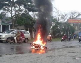 Xe máy bốc cháy dữ dội khi đang chạy