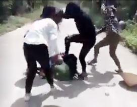 Clip nữ sinh lớp 12 bị nhóm bạn gái hành hung dã man