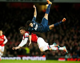 Rafael tiếp đất bằng cổ khi tranh bóng trên không