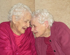 Cặp sinh đôi lớn tuổi nhất nước Anh đón sinh nhật thứ 103