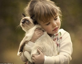 Khoảnh khắc đẹp về tình bạn giữa trẻ thơ và thú cưng
