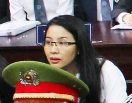 Nữ đại gia cho vay nặng lãi thản nhiên đọc sách trước tòa