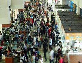 Bến xe, nhà ga vẫn đông khách đi chơi lễ muộn