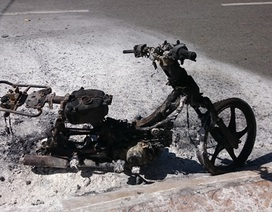 Xe máy bất ngờ bốc cháy, chủ xe tháo chạy