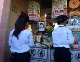 Những đứa trẻ đeo khăn quàng đỏ trước ban thờ 3 mẹ con xấu số