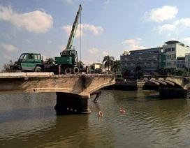 Xe cẩu rớt xuống sông khi tháo dỡ cầu trăm tuổi