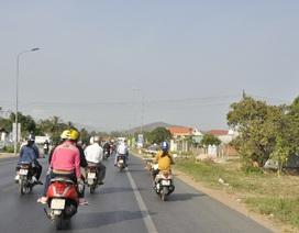 Giá vé xe khách đắt, người dân chạy xe máy 500km vào Nam