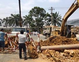 Tháo dỡ đống đất lấp kín cổng công ty Nhật