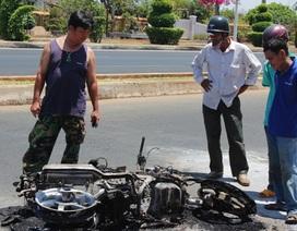 Hoảng hồn bỏ chạy khi xe máy đang chạy bỗng phát nổ, bốc cháy