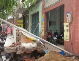 Khối bê tông 4 tấn đổ sập đè nát 5 xe máy trước tiệm internet