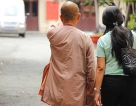 Tạt axit vào người khác còn mang áo nhà Phật ra tòa