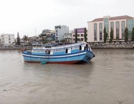 Giải cứu thành công tàu kẹt dưới gầm cầu Lê Hồng Phong