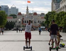 Khách Tây thích thú chơi xe điện trên phố đi bộ Sài Gòn