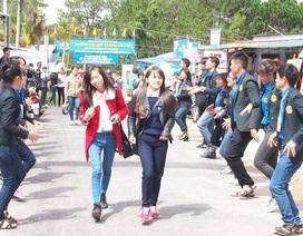 Tình nguyện viên biểu diễn dân vũ khích lệ thí sinh