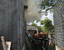 Cháy lớn cạnh khu nhà trọ, hàng trăm công nhân phải sơ tán