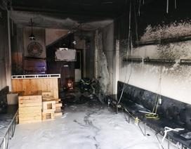 Xe máy tự bốc cháy trong quán cà phê