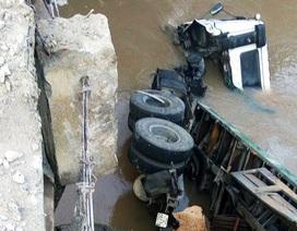 Xe container lao xuống suối, tài xế bị thương cố phá cửa bơi vào bờ