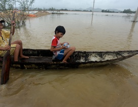 Bị lũ cô lập, trẻ em chèo xuồng đi xin nước sạch